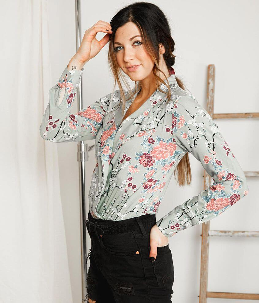 Style GMKR18454/Sku 530588 Printed surplice bodysuit Elasticized waistband Snap details Bust measures 36\\\