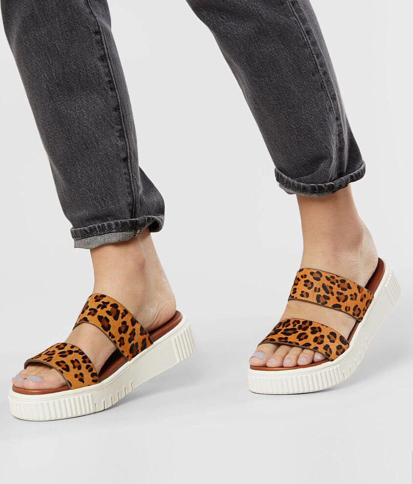 Leopard printed strappy sandal Cushioned footbed 2\\\