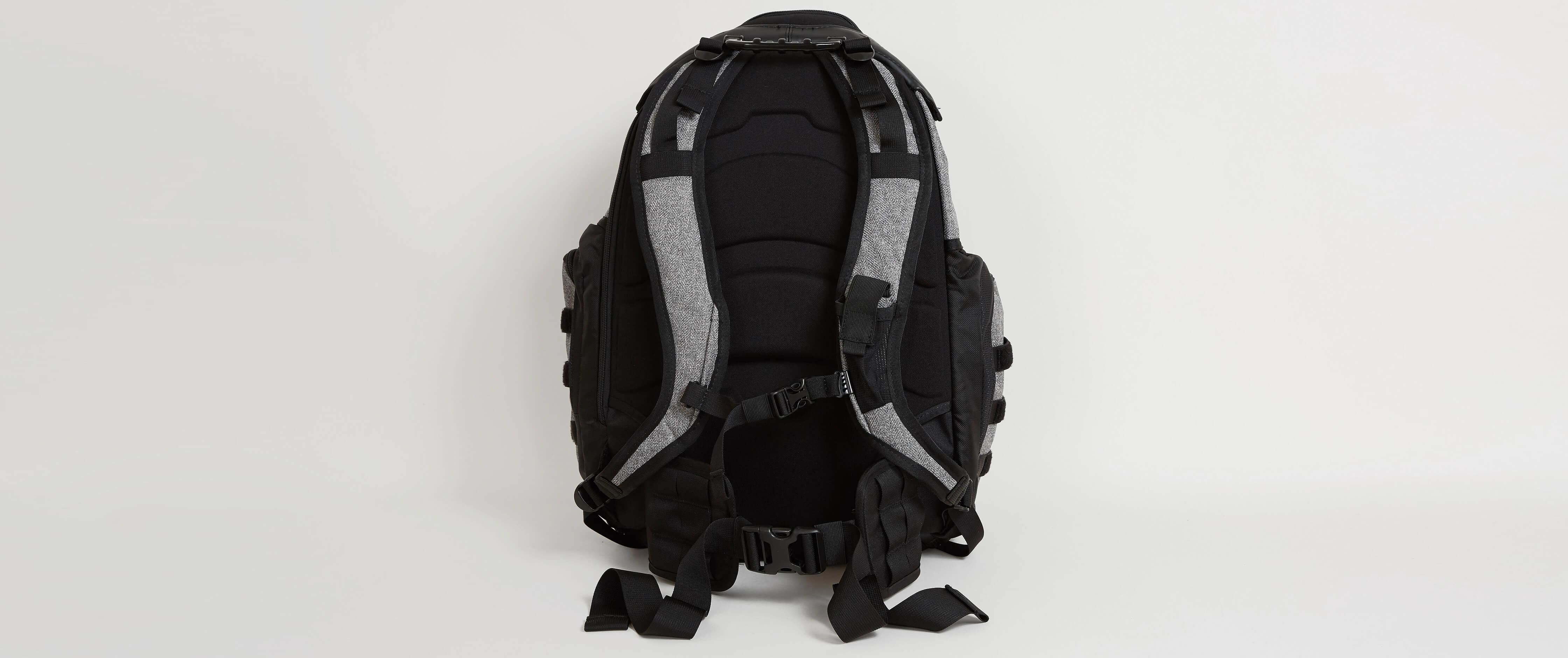 Oakley Kitchen Sink Backpack - Men\'s Bags in Grigio Scuro | Buckle
